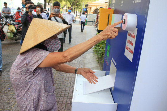 Báo Người Lao Động mở cây ATM thực phẩm miễn phí tại Hà Nội - Ảnh 2.