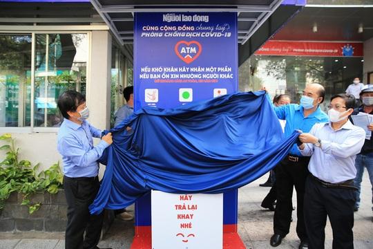 Báo Người Lao Động mở cây ATM thực phẩm miễn phí tại Hà Nội - Ảnh 1.