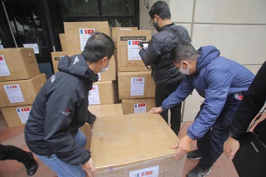 Những người yêu nước Pháp từ Việt Nam gửi tặng thiết bị phòng hộ y tế hỗ trợ chống Covid-19 - Ảnh 4.