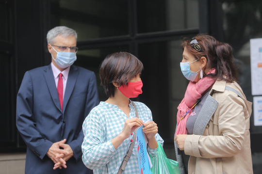 Những người yêu nước Pháp từ Việt Nam gửi tặng thiết bị phòng hộ y tế hỗ trợ chống Covid-19 - Ảnh 6.