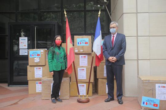 Những người yêu nước Pháp từ Việt Nam gửi tặng thiết bị phòng hộ y tế hỗ trợ chống Covid-19 - Ảnh 7.