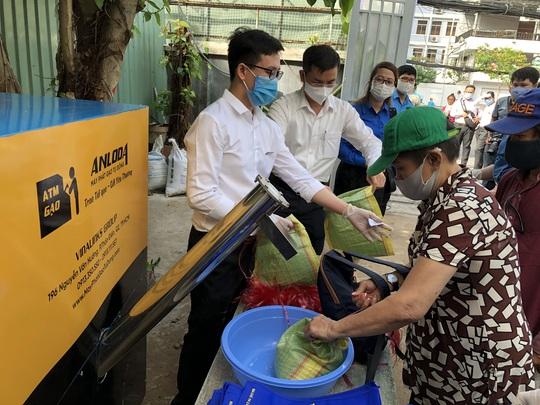 Công đoàn TP HCM có máy ATM gạo cho người lao động khó khăn - Ảnh 1.