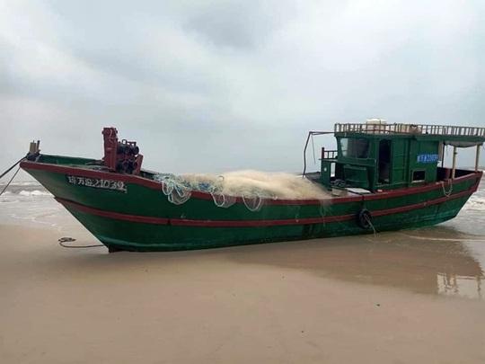 Chiếc tàu ma, nghi tàu cá Trung Quốc trôi dạt vào biển Quảng Bình - Ảnh 1.