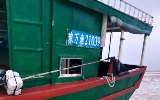 Chiếc tàu ma, nghi tàu cá Trung Quốc trôi dạt vào biển Quảng Bình - Ảnh 2.