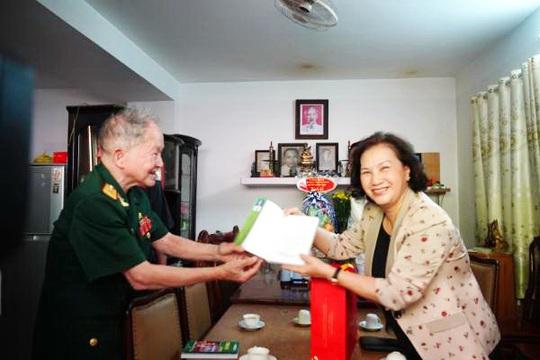 Chủ tịch Quốc hội Nguyễn Thị Kim Ngân thăm Mẹ Việt Nam Anh hùng, Anh hùng lực lượng vũ trang - Ảnh 1.