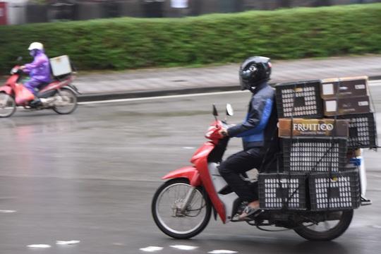 Người vận chuyển hoạt động nhộn nhịp trong ngày cách ly xã hội chống dịch Covid-19 - Ảnh 2.