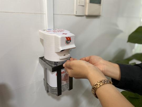 Sinh viên Đà Nẵng sáng chế máy rửa tay sát khuẩn tự động - Ảnh 1.