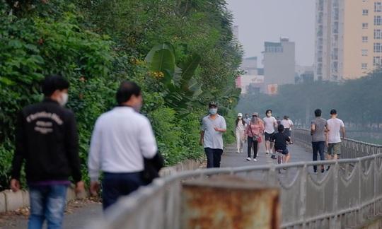 Người dân ra đường đông hơn, Chủ tịch Hà Nội lo ngại phá vỡ chỉ đạo - Ảnh 1.