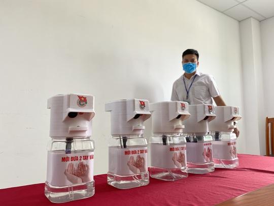 Sinh viên Đà Nẵng sáng chế máy rửa tay sát khuẩn tự động - Ảnh 4.