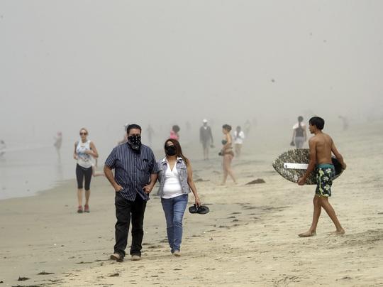 Người dân đổ xô tránh nóng, bang California đóng cửa bãi biển - Ảnh 1.