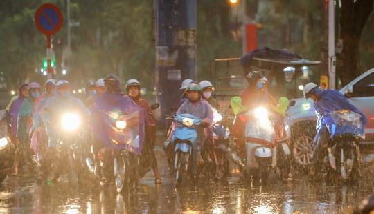 CLIP: Nhiều người chôn chân giữa phố Hà Nội sau giông lốc mạnh - Ảnh 5.