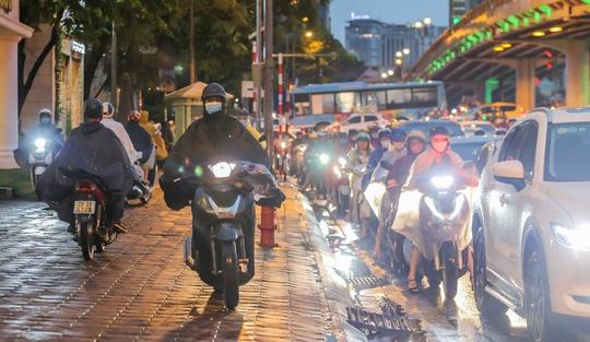 CLIP: Nhiều người chôn chân giữa phố Hà Nội sau giông lốc mạnh - Ảnh 12.