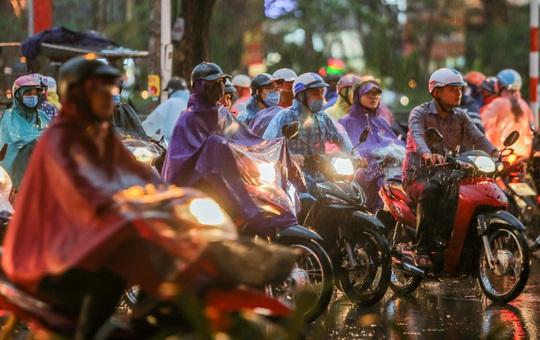 CLIP: Nhiều người chôn chân giữa phố Hà Nội sau giông lốc mạnh - Ảnh 14.