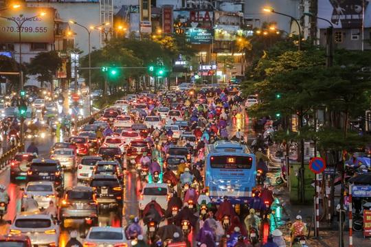 CLIP: Nhiều người chôn chân giữa phố Hà Nội sau giông lốc mạnh - Ảnh 16.