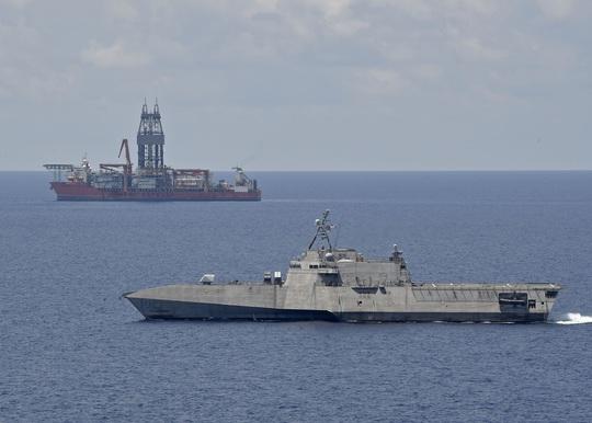 Hải quân Mỹ triển khai tàu chiến lớp Independence tuần tra sát giàn khoan West Capella - Ảnh 1.