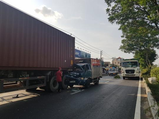 VIDEO: Xe tải lao thẳng vào đuôi container ở TP HCM - Ảnh 1.