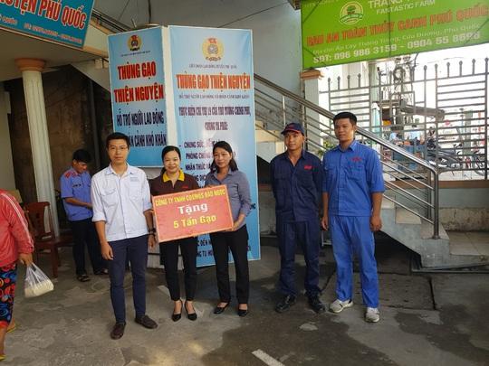 LĐLĐ huyện Phú Quốc quyên góp hơn 40 tấn gạo cho thùng gạo thiện nguyện - Ảnh 4.