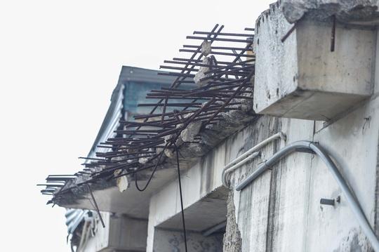 CLIP: Cận cảnh phá dỡ tầng 18 tòa nhà 8B Lê Trực - Ảnh 7.