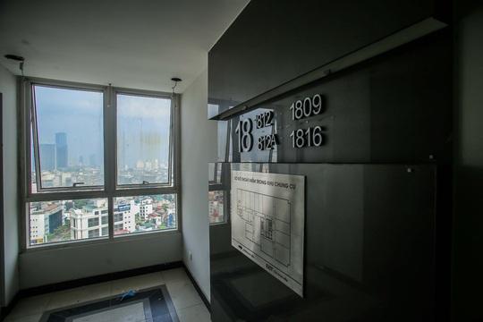 CLIP: Cận cảnh phá dỡ tầng 18 tòa nhà 8B Lê Trực - Ảnh 8.