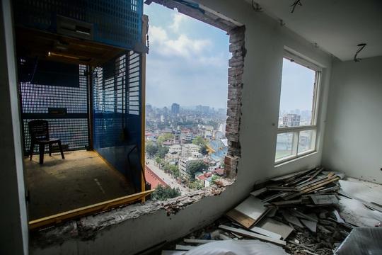 CLIP: Cận cảnh phá dỡ tầng 18 tòa nhà 8B Lê Trực - Ảnh 10.