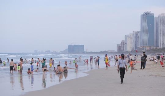 Dòng người tấp nập tắm biển Đà Nẵng dịp Lễ 30-4, 1-5 - Ảnh 1.