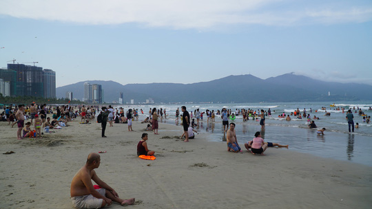 Dòng người tấp nập tắm biển Đà Nẵng dịp Lễ 30-4, 1-5 - Ảnh 3.