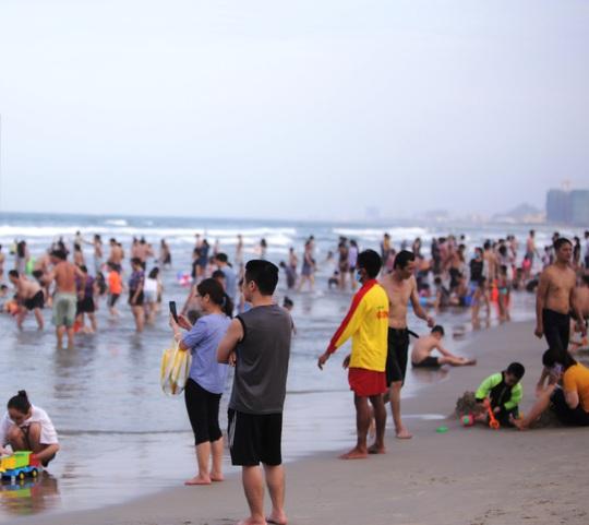 Dòng người tấp nập tắm biển Đà Nẵng dịp Lễ 30-4, 1-5 - Ảnh 4.