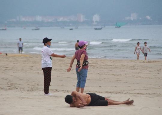 Dòng người tấp nập tắm biển Đà Nẵng dịp Lễ 30-4, 1-5 - Ảnh 10.