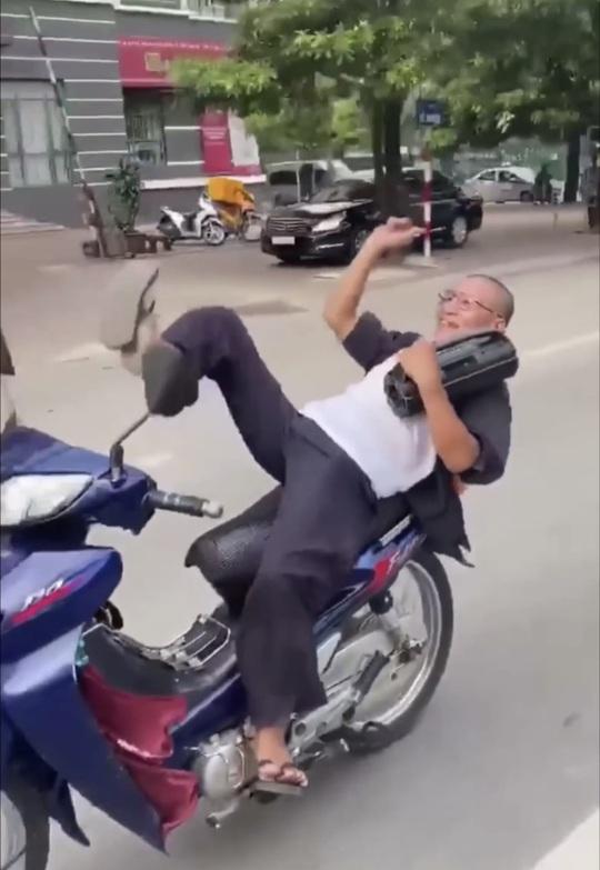 Clip: Người đàn ông đứng tuổi nằm ngửa trên yên xe, đánh võng giữa đường bị công an triệu tập - Ảnh 1.