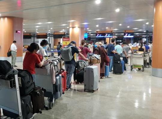 Đưa 240 công dân Việt Nam từ Myanmar về nước tại sân bay Đà Nẵng - Ảnh 1.