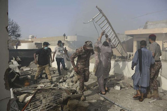 Thị trưởng Karachi: Toàn bộ người trên máy bay rơi ở Pakistan thiệt mạng - Ảnh 1.