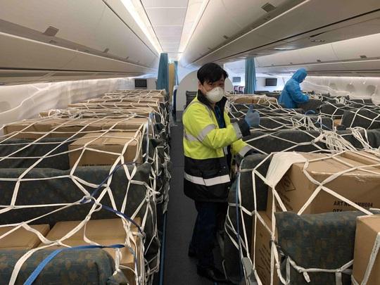 Bật mí quá trình hô biến máy bay chở khách thành chở hàng hóa - Ảnh 3.