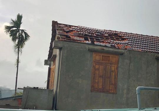 Quảng Nam: Mưa dông kèm lốc xoáy khiến nhiều nhà dân bị tốc mái - Ảnh 4.