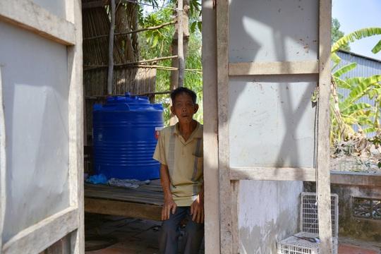Cụ ông 74 tuổi sống đơn độc trong căn nhà rách nát, cần được giúp đỡ - Ảnh 1.