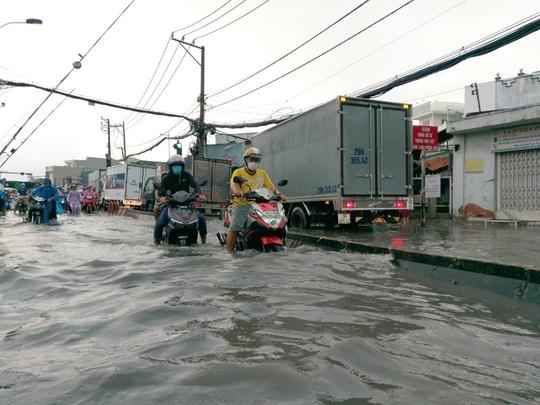 Nhiều khu vực ở TP HCM chìm trong mênh mông nước - Ảnh 2.