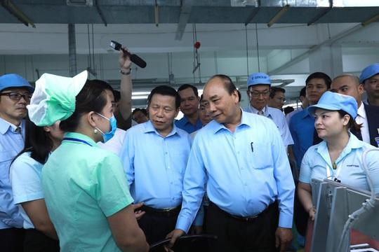 Thủ tướng Nguyễn Xuân Phúc thăm hỏi, động viên công nhân, người lao động tại Bắc Ninh  - Ảnh 2.