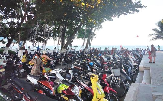 Bãi biển Nha Trang đông nghịt trong ngày đầu mở cửa - Ảnh 3.