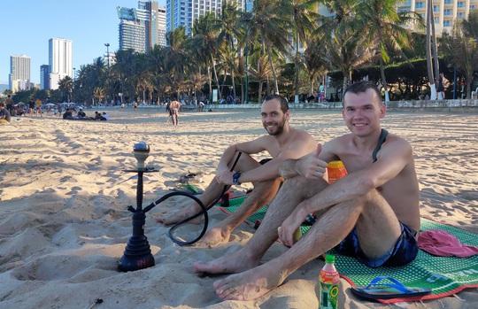 Bãi biển Nha Trang đông nghịt trong ngày đầu mở cửa - Ảnh 9.