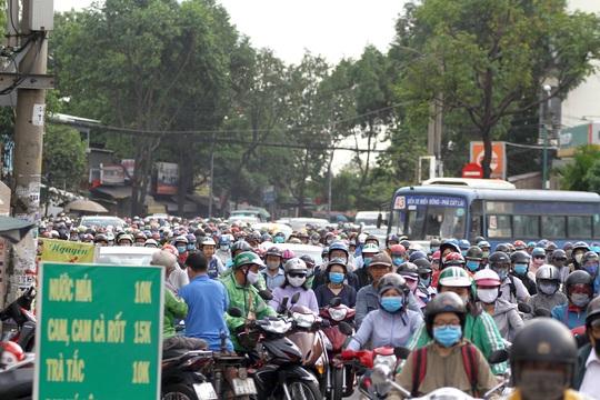 Xe cộ ken đặc các ngả đường quanh Bến xe Miền Đông  - Ảnh 11.