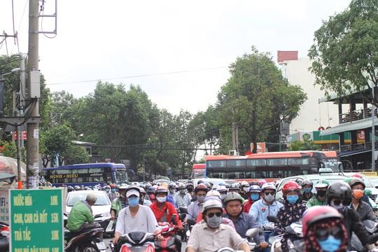 Xe cộ ken đặc các ngả đường quanh Bến xe Miền Đông  - Ảnh 4.