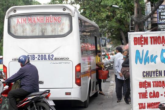 Xe cộ ken đặc các ngả đường quanh Bến xe Miền Đông  - Ảnh 5.