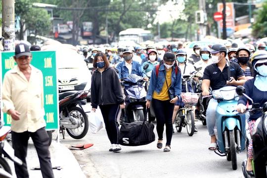 Xe cộ ken đặc các ngả đường quanh Bến xe Miền Đông  - Ảnh 7.