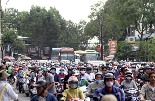 Xe cộ ken đặc các ngả đường quanh Bến xe Miền Đông  - Ảnh 2.