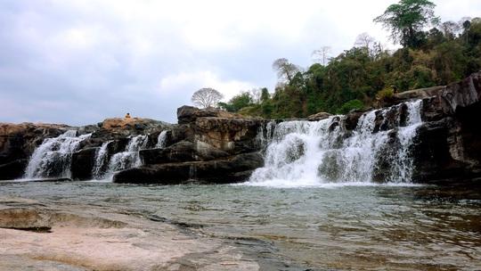 Nam thanh niên bị nước cuốn trôi mất tích khi đang tắm thác Xăn Đư - Ảnh 1.