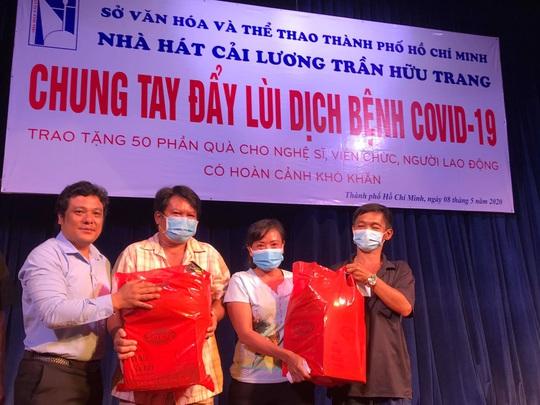 Nghệ sĩ Võ Minh Lâm xúc động trao quà công nhân sân khấu tại Nhà hát Trần Hữu Trang - Ảnh 4.