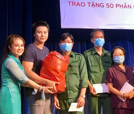 Nghệ sĩ Võ Minh Lâm xúc động trao quà công nhân sân khấu tại Nhà hát Trần Hữu Trang - Ảnh 1.