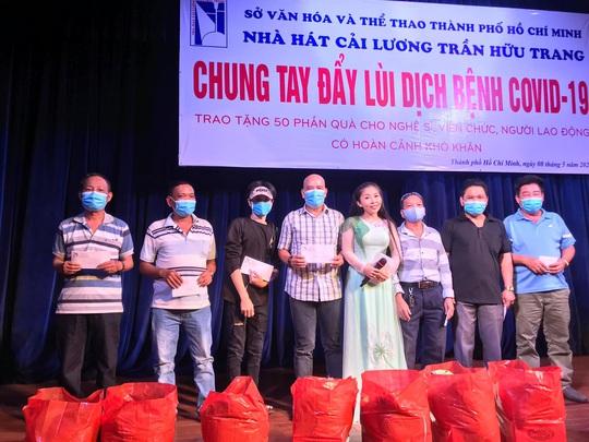 Nghệ sĩ Võ Minh Lâm xúc động trao quà công nhân sân khấu tại Nhà hát Trần Hữu Trang - Ảnh 5.