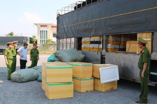 Quảng Bình: Bắt quả tang xe ô tô chở hơn 700kg thịt chó, mèo bốc mùi hôi thối - Ảnh 1.