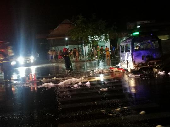 Xe cứu thương lao vào dải phân cách bốc cháy, 7 người nhập viện - Ảnh 2.