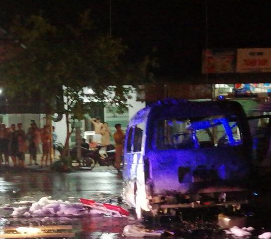 Xe cứu thương lao vào dải phân cách bốc cháy, 7 người nhập viện - Ảnh 1.